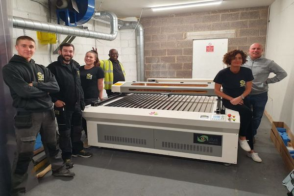 Sign and print industries prefer the large bed size to incorporate large materials.